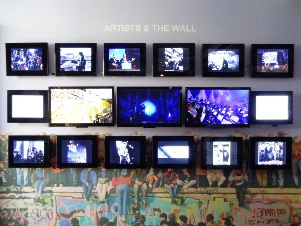 Im The Wall Museum zeigen mehr als einhundert Bildschirme Nachrichtensendungen, Interviews und Filmausschnitte zur Geschichte der Mauer.