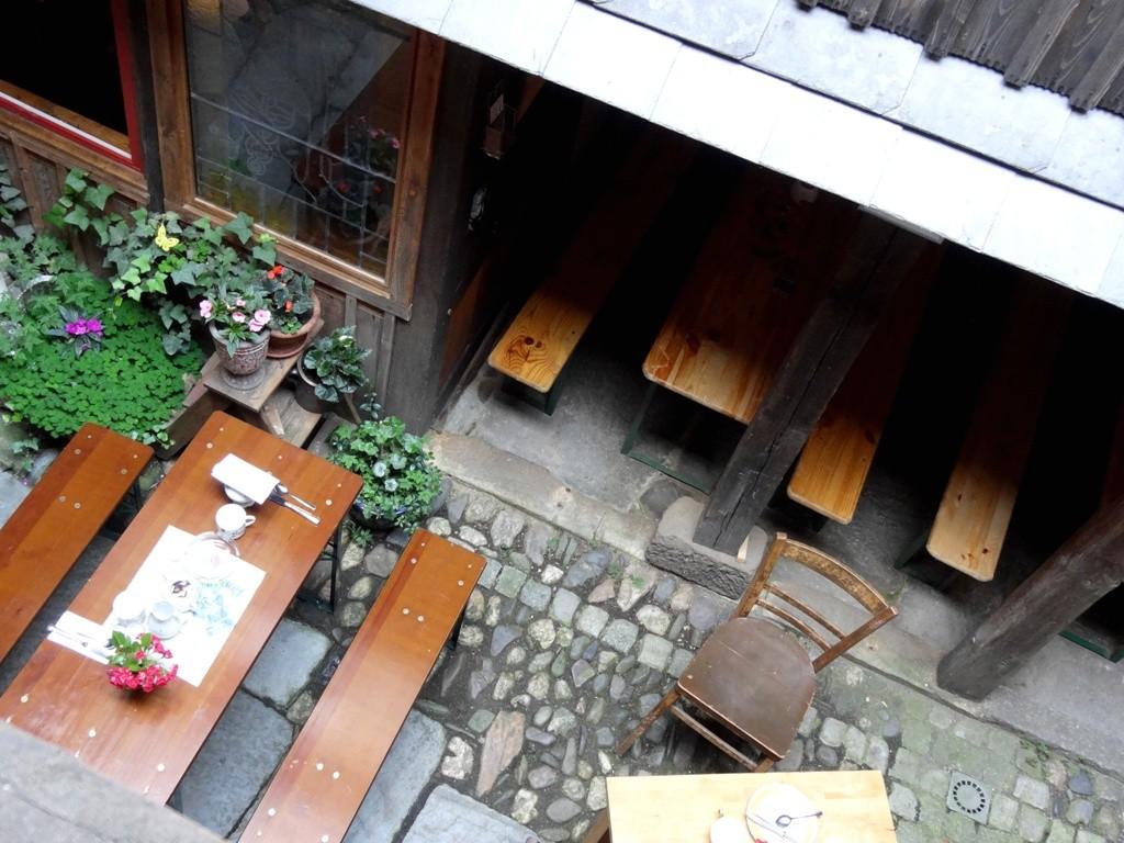 Innenhof des Antikcafés am Anger. Anlaufpunkt nicht nur bei Hitze.