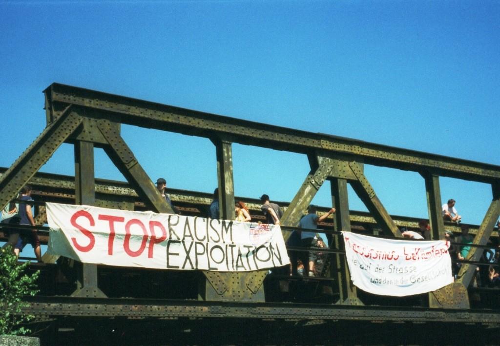 Kein Mensch ist illegal - Teilnehmer des Grenzcamps auf einer Eisenbahnbrücke in Zittau.