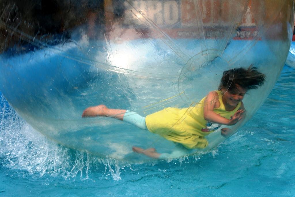 Mädchen im Wasserball