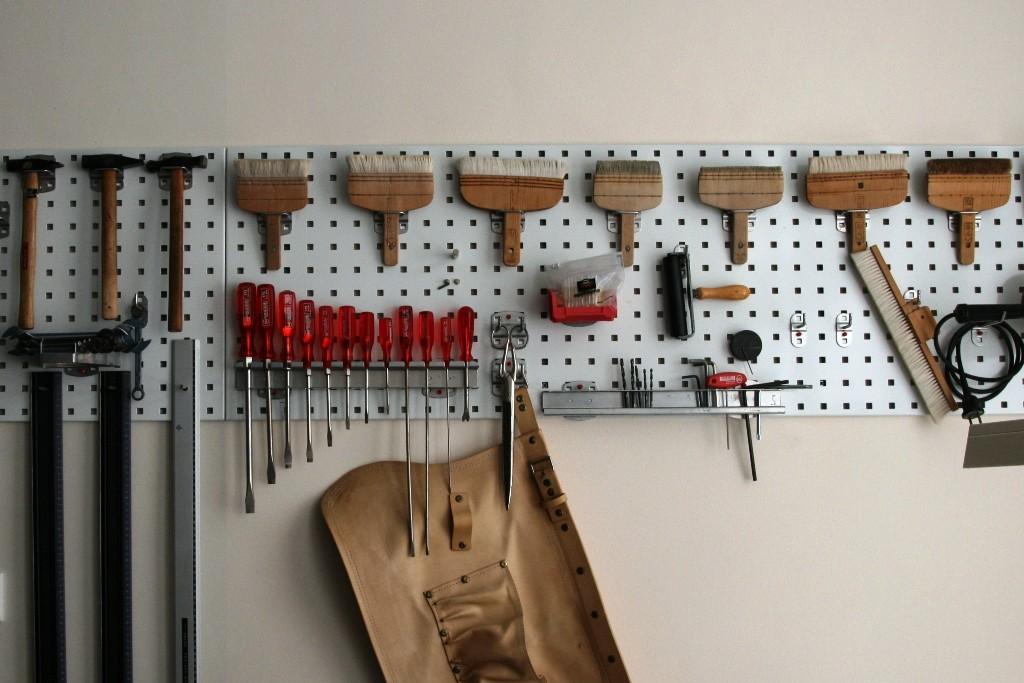 Diese Werkzeuge braucht man unter anderem, um Plakate fachgerecht zu restaurieren
