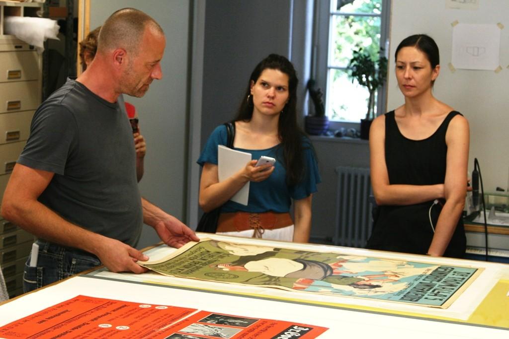 Matthes Nützmann erklärt die Schritte, die zur Plakatrestaurierung notwendig sind