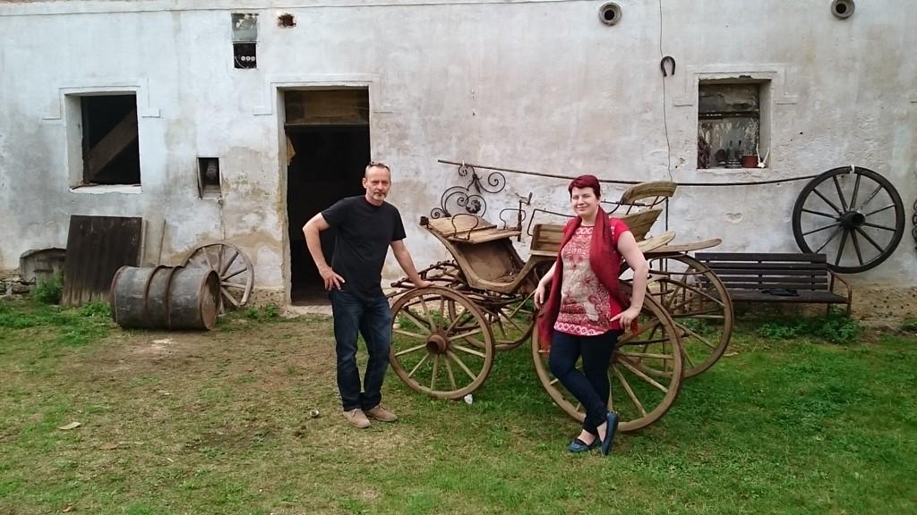 Jan Jindra und Judita Matuášová vor dem ehemaligen Hopfenspeicher in Siřem. Dort soll im Juni 2016 die Kafka-Ausstellung eröffnet werden.